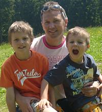 Elmar Weinbeer mit seinen Zwillingen