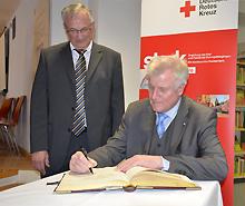 Horst Seehofer trägt sich im MGH ins Goldene Buch der Stadt Haßfurt ein
