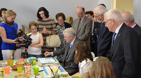 Ministerpräsident Seehofer malt mit Kindern