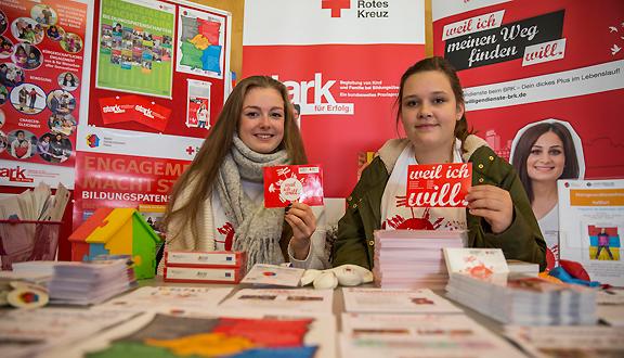 Ehrenamtsmesse 2015 - Eva-Maria Mühlfeld und Tamara Sotnikov am MGH-Stand bei der Ehrenamtsmesse 2015 ... (Foto: René Ruprecht)