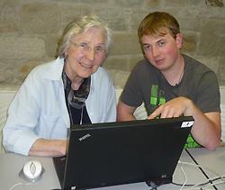 Senioren surfen im Internet: Stefanie Schneyer aus Zeil und Christoph Lange aus Königsberg beim Surfen im Internet
