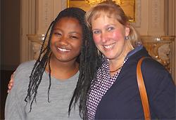 Steffi Hely-Pelami (links) ist ein ehemaliges Patenkind der ehrenamtlichen Bildungspatin Monika Hoffmann und mittlerweile selbst ehrenamtliche Mitarbeiterin des MGH.