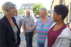 Noch bei der Verabschiedung vor dem Haus berichteten die Ehrenamtlichen Ingrid Thieler (2. von links) sowie Steffi Hely-Pelami, Diethmar Morawski und Andreas Borst der BRK-Vizepräsidentin Brigitte Meyer (links) von ihren freiwilligen Tätigkeiten im MGH. (Foto: Sabine Meißner)