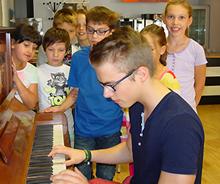 Bufdi hilft beim Lernen: Sebastian Spiegel am Klavier