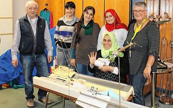 Frauen aus Syrien an den MGH Strickmaschinen