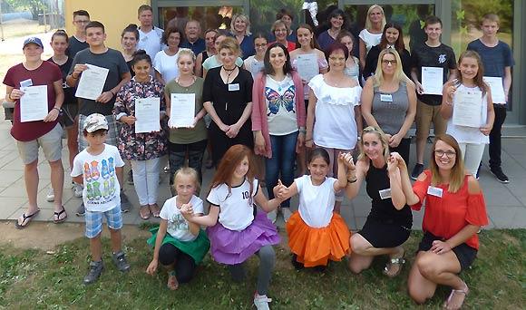 Die jungen Sprachbegleiter zusammen mit Vertreterinnen und Vertretern des BRK-Kreisverbandes Haßberge. (Foto: Gisela Schott)