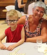 Familienpatin Ingrid Thieler und Fabian Licha treffen sich zum gemeinsamen Spielen im Mehrgenerationenhaus
