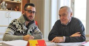 Mohannad Batha (links) und Bildungspate Wolfgang Poepperl treffen sich im Rahmen der Bildungspatenschaft jede Woche im MGH und lernen gemeinsam (Foto: MGH)
