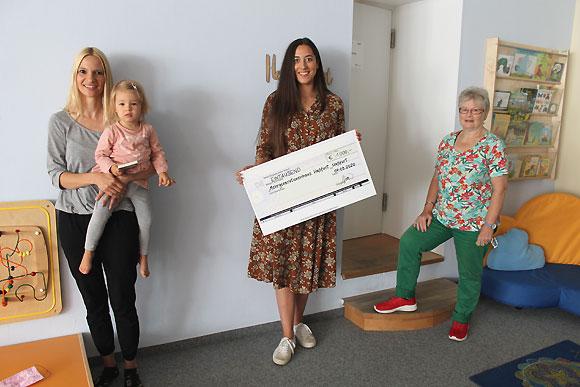 Spendenübergabe im Mehrgenerationenhaus: Fotografin Laura Schraudner. (Foto: Theresa Greß / MGH)