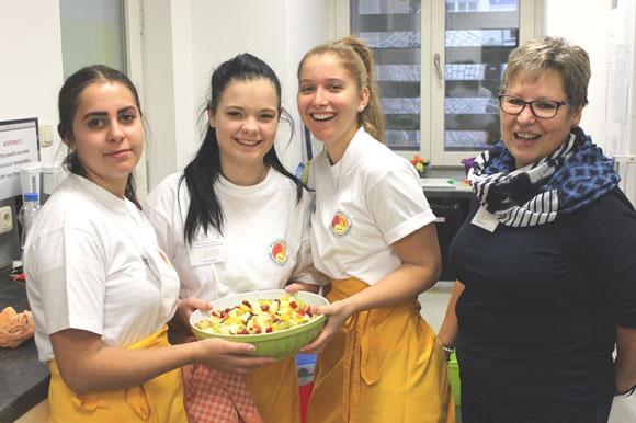 Intergenerative Arbeit: Beim Gute-Laune-Frühstück wird von den Schülerinnen und Lehrkraft Irene Büttner (rechts) unter anderem gesunder Obstsalat zubereitet. (Foto: Theresa Krapf/MGH)