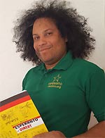 "Guillermo Sanchez Cordero mit Lehrbuch ""Esperanto"""