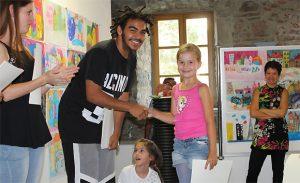 Zertifikate für die kleinen Künstler bei der Abschluss-Vernissage 2016