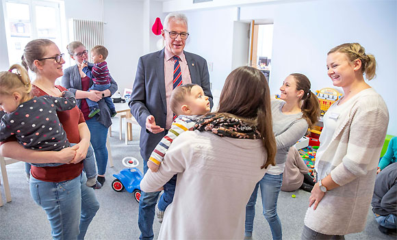Was ist Familien in Haßfurt wichtig? Bgm. Günther Werner spricht mit Familien im MGH (Foto: MGH/René Ruprecht)