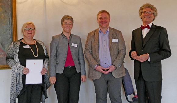 """Übergabe der Auszeichnung an die """"Zertifizierte Generationenmanagerin"""" Gudrun Greger"""