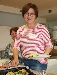 Bernadette Schega-Schmitt freut sich mit den Anwesenden auf den Hirse-Brokkoli-Auflauf.