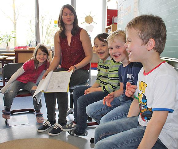 Lehrerin Cornelia Tröster zeigt den Lesetext im Morgenkreis den SchülerInnen und Schüler der 2. Klasse (Foto: MGH)