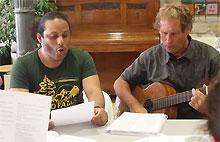 Nikolaussingen im MGH-Sprachcafé: Guillermo Sanchez Cordero und Wilhelm Stuhlfelder