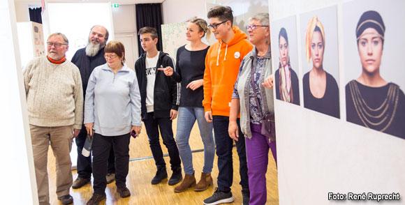 Gelebte Demokratie: Theresa Krapf vom Mehrgenerationenhaus Haßfurt mit einer Gruppe beim Besuch der Wanderausstellung (Foto: René Ruprecht)