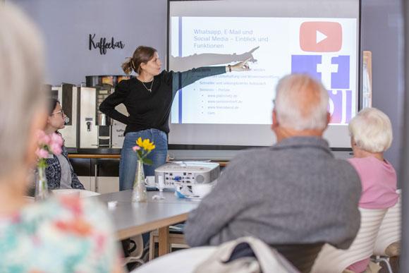 Die freiwillig Engagierte Katharina Volk erklärt den Senioren anschaulich die Funktionen der sozialen Medien (Foto: René Ruprecht / MGH)