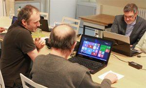 Die verflixte Technik ... Martin Ludwig und Jürgen Gerling vom Computer-Mittwoch helfen gerne.