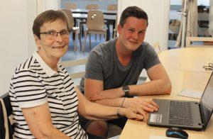 Elijan Fischer und Elke Lindmüller beim Computer-Mittwoch (Foto: Sabine Meißner)