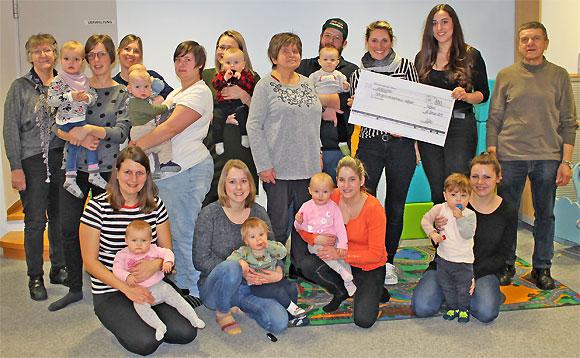 Spendenübergabe an das MGH: Fotografin Laura Schraudner mit MGH-Nutzern und Lisa Geyer