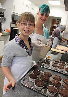Gemeinsam Muffins backen im MGH-Sprachafé - Im Mehrgenerationenhaus steht immer wieder der kulturelle, soziale und auch kulinarische Austausch auf dem Programm