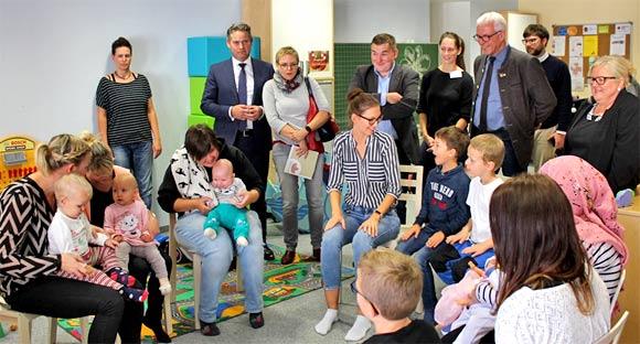 Staatssekretär Zierke beim begleiteten Baby- und Kleinkindtreff im Mehrgenerationenhaus Haßfurt.