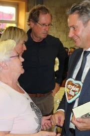 Staatssekretär Stefan Zierke im Gespräch mit MGH-Nutzerin Ella Gurland.