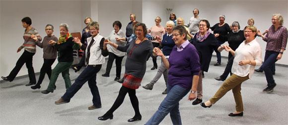 """Hartgesotten: Groß war das Interesse an den Angeboten des Mehrgenerationenhauses in Haßfurt. Unser Bild zeigt die Tanzkreisleiterinnen Christine Poepperl (zweite Reihe, rechts) und Christine Pecht (vorne links), die mit dem """"TANZ mit – bleib FIT""""-Tanzkreis der Generationen und einigen Gästen verschiedene Tänze einstudierten. (Foto: MGH)"""
